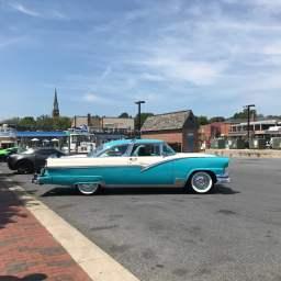 滞在2日目の朝はメリーランド州アナポリス市内を散歩。ダウンタウンでは、毎週日曜日の朝、車愛好家達が集まってコーヒー飲みながら交流するんですって。アイスクリームを食べながら、車好きの息子たちはカッコいい車に釘付けでした。
