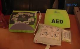 9 weiter Defibrillatoren für Hennefer Sporthallen
