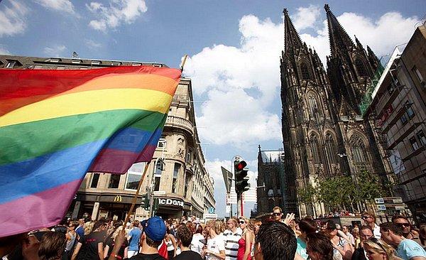 Die Aktionswochen des größten Prides in Deutschland werden nun vom 21. August bis zum 5. September stattfinden. Das Straßenfest ist für den 3. bis 5. September geplant, die CSD-Demo soll am 5. September stattfinden – genau drei Wochen vor der Bundestagswahl.