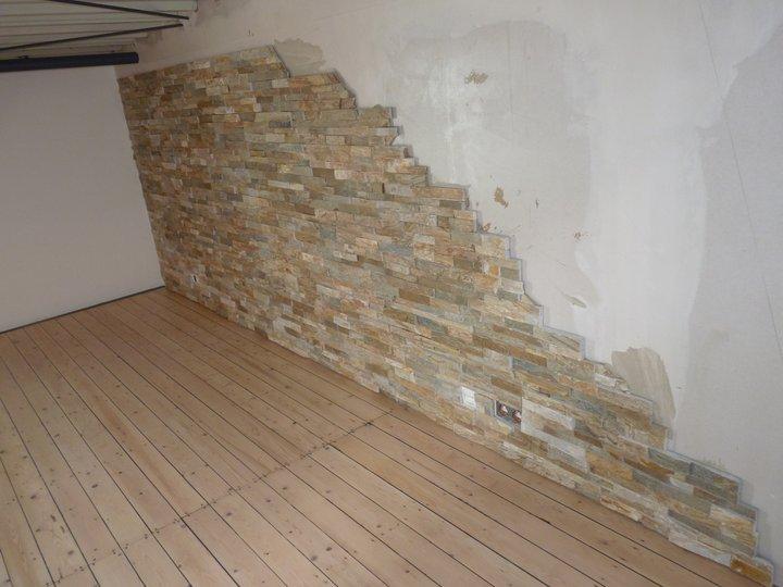 Alte Holzdielen schwarz verfugt und geschliffen... die Wand stammt auch von uns (aus gebrochenem Sandstein geklebt)