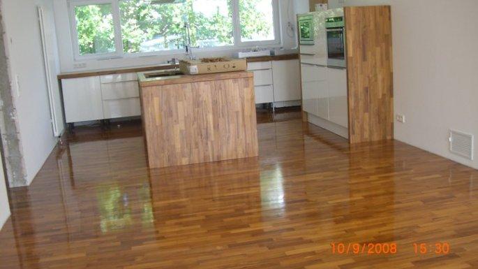 Teak in der Küche, ebenfalls eine Sonderanfertigung aus unserem Hause. Die Möbel wurden wie die Arbeitsfläche mit den Parkettstäbchen verkleidet oder daraus gefertigt