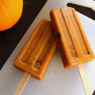 Pumpkin pie turned into a popsicle! These pumpkin pie popsicles with chocolate chips are a unique, frozen spin on your favorite Fall treat. SO DELICIOUS!