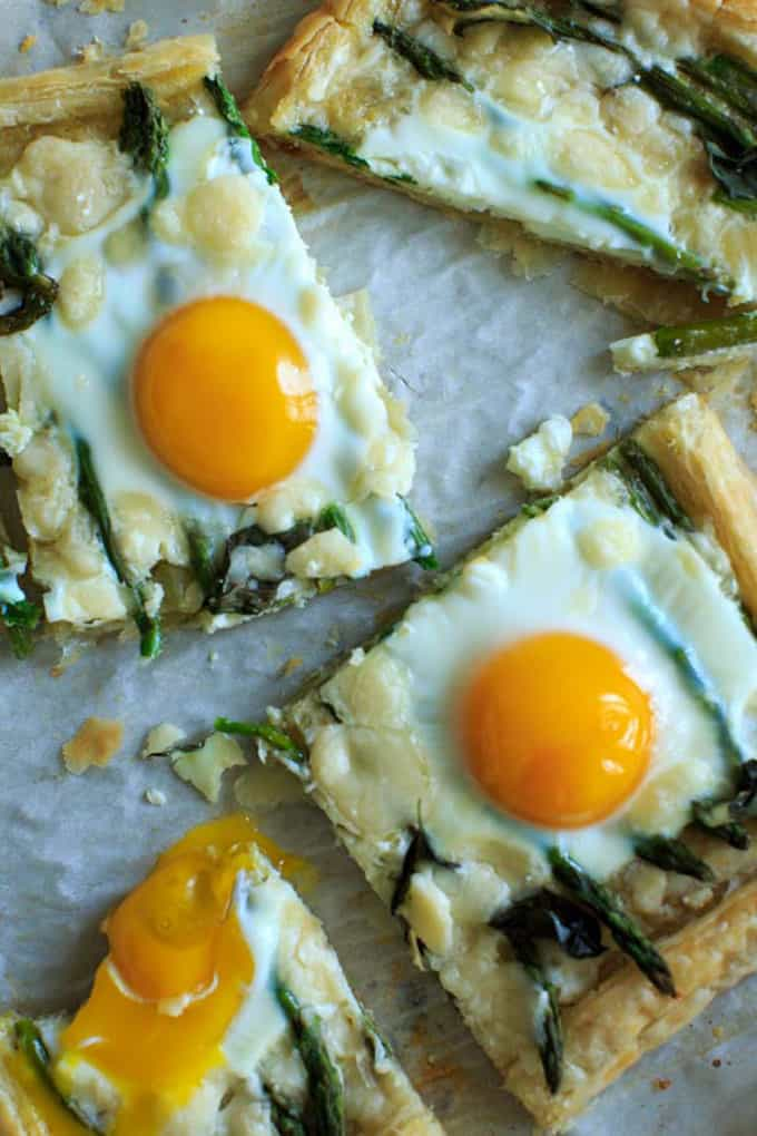 Asparagus tart with egg and goat cheese + 15 Farmers market recipes to make in March! Delicious, vegetarian, late winter/ early spring, (mostly) healthy recipes made with fresh, seasonal produce from your local farmers market or CSA bin. Eat local!