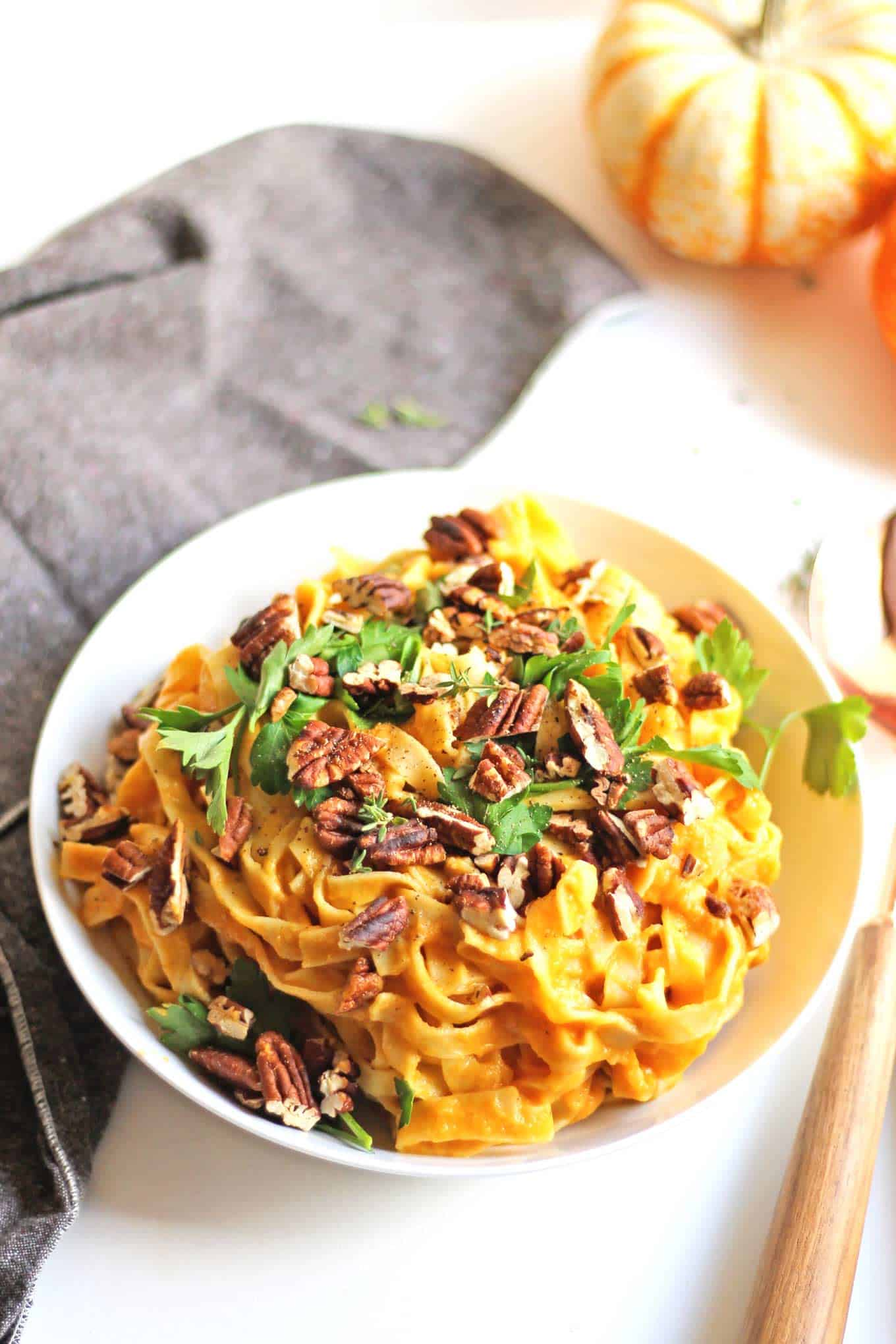 Skinny cauliflower pumpkin fettuccine alfredo recipe! A healthy, fall version of the classic alfredo pasta. Topped with toasted pecans, fresh parsley, and parmesan cheese. The perfect fall dinner! // Rhubarbarians . . #caulifloweralfredo #pumpkinalfredo #skinnyrecipes #healthyrecipes #fallpasta #pasta #falldinner #fallmeal #pumpkin