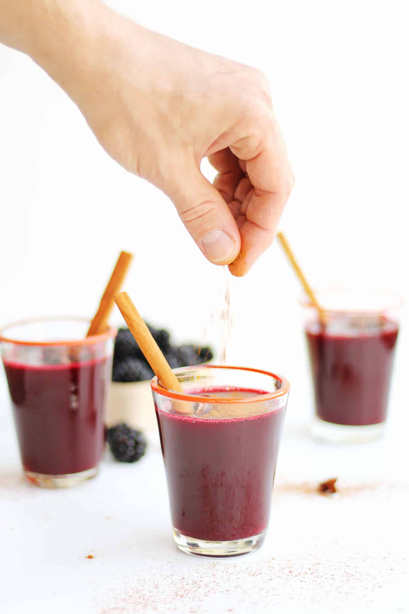 30-minute mulled blackberry cider recipe! This simple, homemade blackberry apple cider cooks on your stove top and makes your house smell amazing! // Rhubarbarians