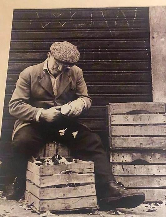 Rialtofrutta, Mercato di Rialto, Venezia signore che taglia i fondi. In quegli anni non si facevano ancora le consegne a domicilio.