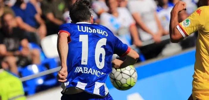 Luisinho lucha por un balón