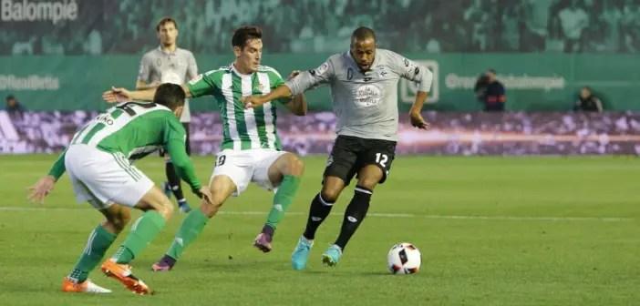 Sidnei se lleva un balón en el Betis-Deportivo de Copa del Rey