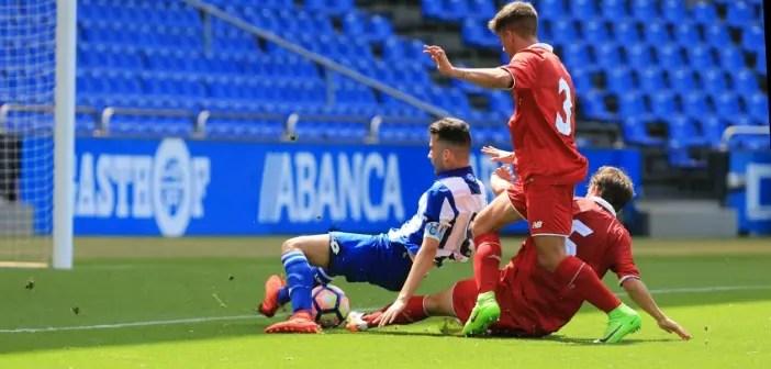 Aarón Sánchez es objeto de penalti durante el Deportivo-Sevilla de Copa del Rey Juvenil