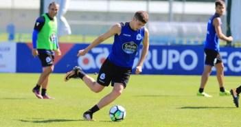 Fede Valverde golpeando balón en entrenamiento del Deportivo Coruña del 28 de julio