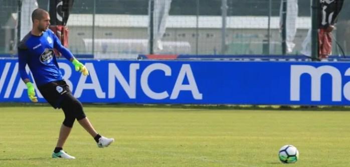 Rubén Martínez pasando raso en entrenamiento del 18 de julio en Abegondo