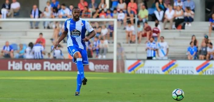 Sidnei pasando el balón en amistoso contra el Pontevedra