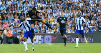 Juanfran acción defensiva de cabeza en el FC Porto vs Deportivo