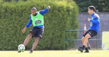 Sidnei golpeando balón delante de Bicho entrenamiento en Vilalba el 9 de agosto
