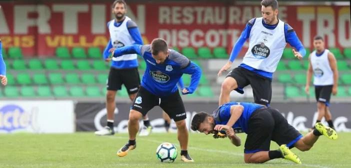 Emre Çolak llevándose balón Bruno Gama suelo entrenamiento en Vilalba el 9 de agosto
