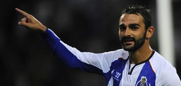 Adrián López celebra un gol con el Oporto