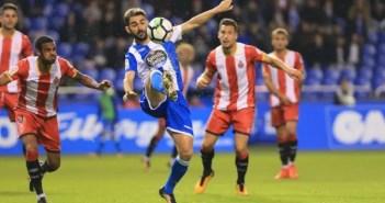 Adrián controla un balón ante el Girona