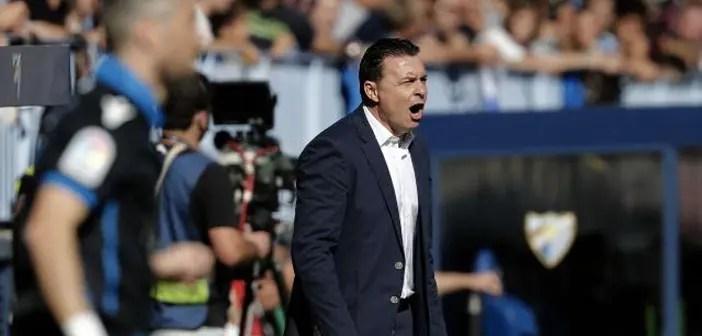 Cristóbal Parralo da indicaciones durante el Málaga - Deportivo