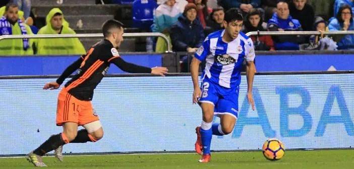 Juanfran conduce el balón en el Dépor - Valencia