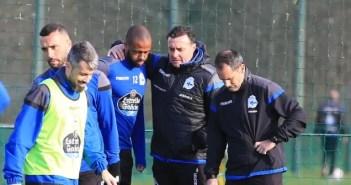 Sidnei y Cristóbal charlan en un entrenamiento con el Dépor