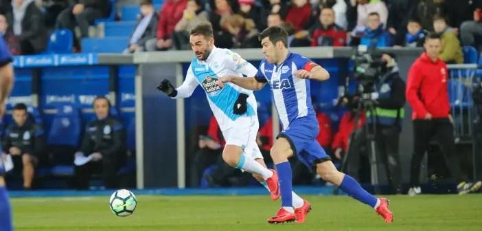 Adrián pelea por un balón con Manu García en el Alavés - Deportivo