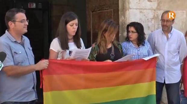 L'Equip de govern commemora el dia de l'orgull Gai amb un acte simbòlic a les portes de l'Ajuntament d'Alzira.