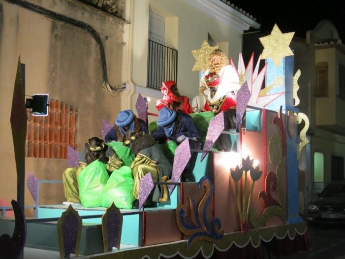 Els Reis Mags arriben a Turís en tres grans carrosses