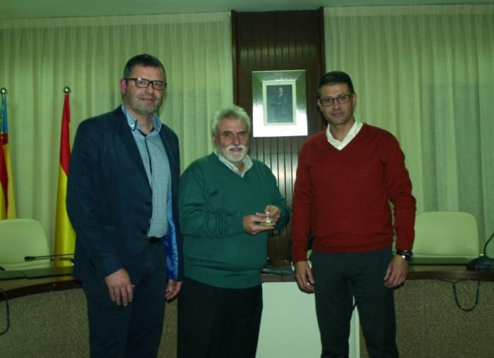 El consistori d'Almussafes rendix homenatge al director del CEIP Almassaf durant els últims 26 anys