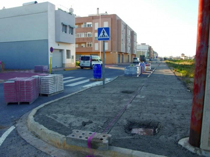 L'Ajuntament d'Almussafes encinta les voreres els carrers Benifaió i 9 d'octubre