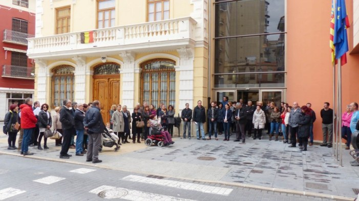 Algemesí guarda un minut de silenci en repulsa per l'atemptat de Brussel·les