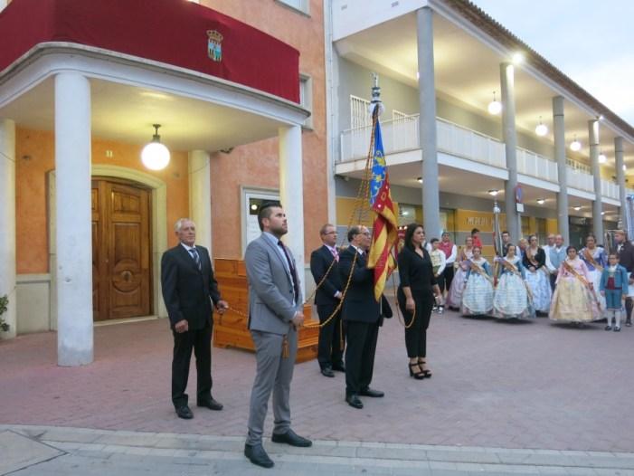 La Real Senyera ix als carrers de Turís en el 9 d'octubre