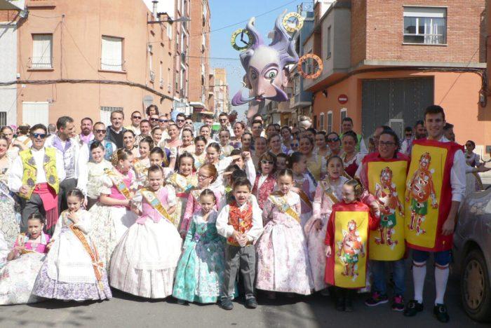 El Gerente de La Ribera visita la Falla Camilo Dolz de Alzira para agradecerle su apoyo al Hospital en la Cabalgata del Ninot