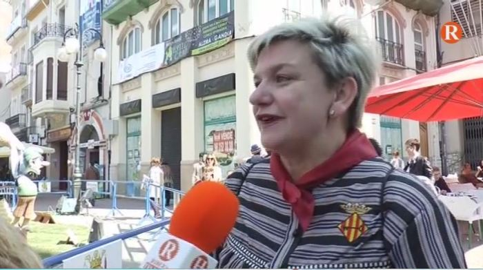 La Diputada de Turisme Pilar Moncho visita les falles d'Alzira