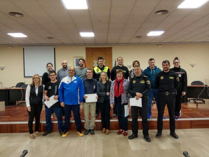 Alberic lliura els diplomes de l'ús dels desfibril•ladors municipals