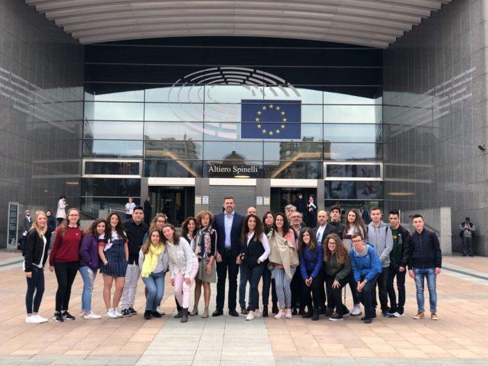 Dívuit estudiants de Cullera visiten el Parlament europeu i s'entrevisten amb l'eurodiputada Rodríguez-Piñero