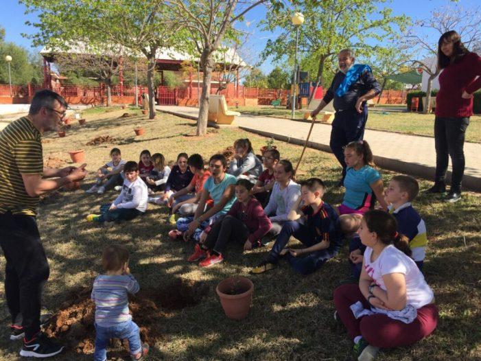 Cada alumne de Beneixida apadrina un arbre i el cuida durant anys