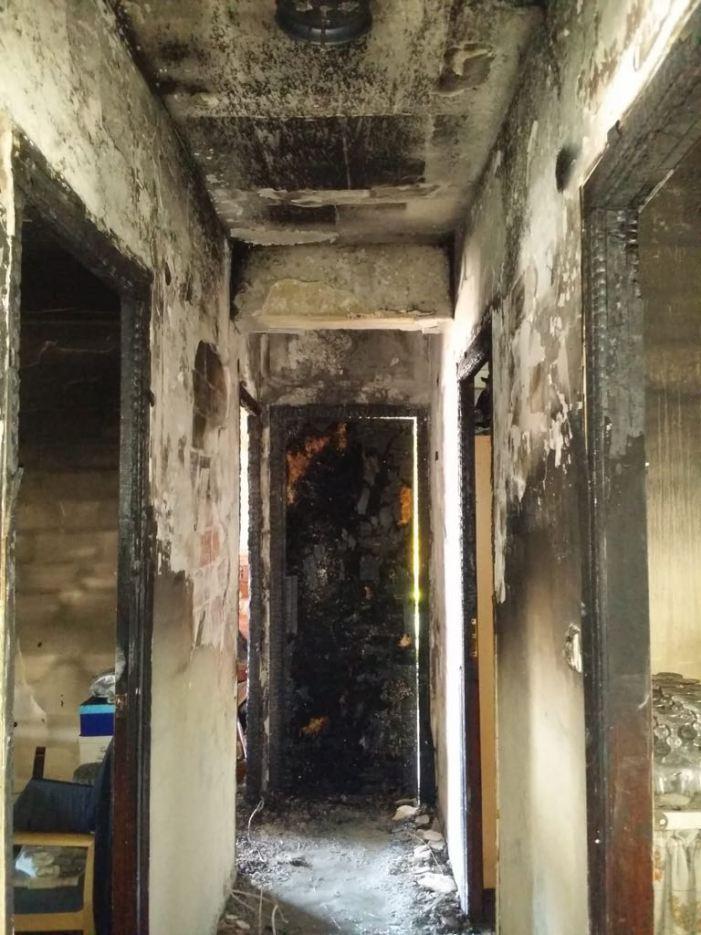 La Policia Local d'Alzira rescata a una dona a l'incendi de sa casa al carrer Colón