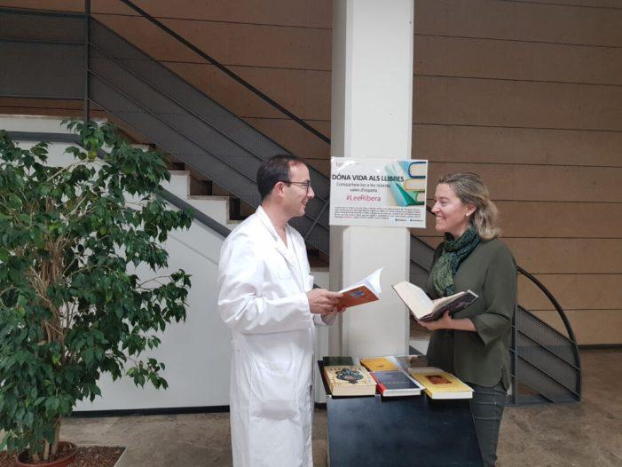 La Ribera enceta una iniciativa d'intercanvi de llibres a les sales d'espera de l'Hospital d'Alzira i centres de salut