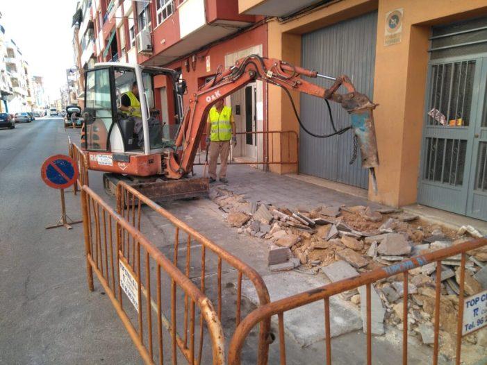 L'Ajuntament d'Alzira ha començat els treballs de repavimentació de voreres al carrer La Unió