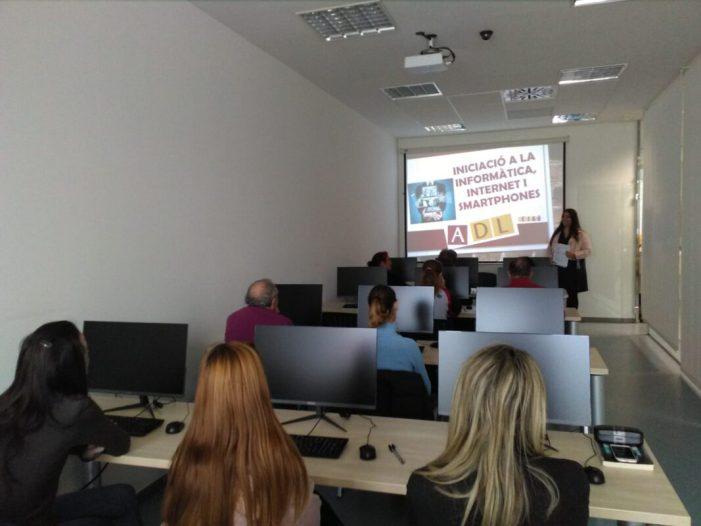 L'aula de formació de l'ADL de Benifaió explica ja amb nous ordinadors