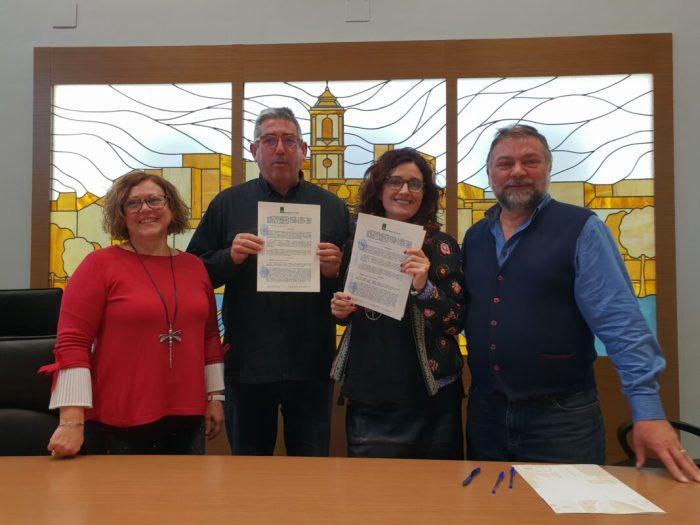 Signatura conveni Trobada Escoles en Valencià
