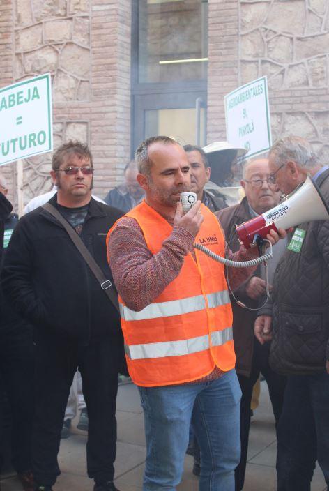 Apicultors de LA UNIÓ han protestat davant les portes de Conselleria d'Agricultura per a denunciar la seua persecució i assetjament