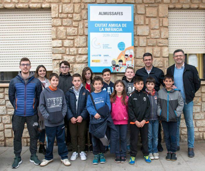 Almussafes instal·la la senyalització que la identifica com a 'Ciutat Amiga de la Infància'