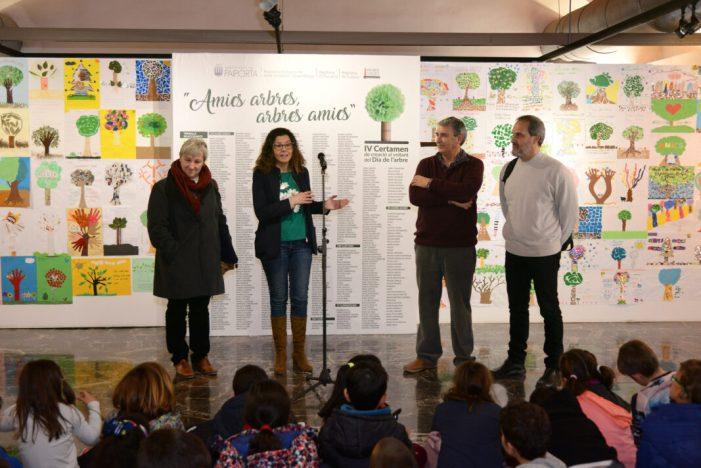 Inaugurada l'exposició 'Arbres amics, amics arbres', amb 621 creacions de l'alumnat de Paiporta