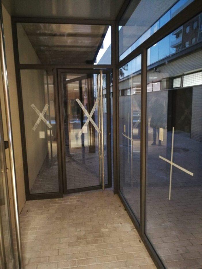 L'Ajuntament d'Almussafes substitueix la porta d'accés a la sala de billar del Pavelló