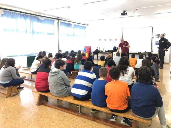 Els escolars de Benifaió aprenen a fer un ús racional dels petards