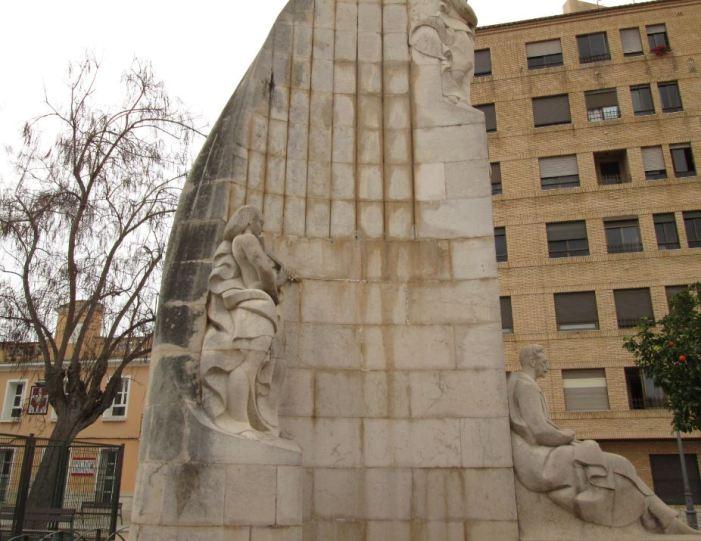 L'Esquerra de Sueca reclama a l'ajuntament que actue sobre les humitats del monument realitzat per Beltran en homenatge a Serrano