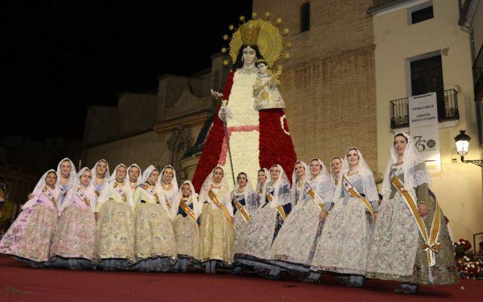 Milers de fallers i falleres participen en l'Ofrena a la Mare de Déu de Torrent