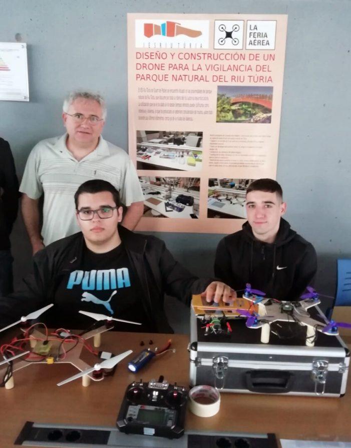 Els estudiants de l'IES Riu Túria porten a la Fira Aèria el dron que han creat aquest curs