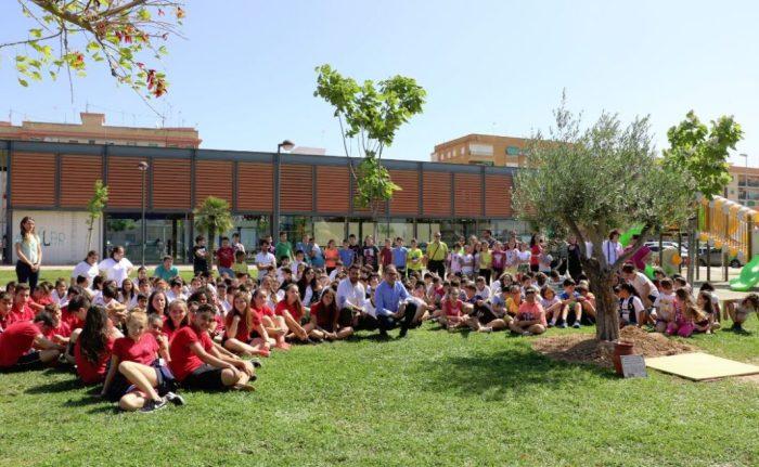 Escolars de Quart de Poblet enterren la càpsula del temps amb els seus desitjos per la sostenibilitat